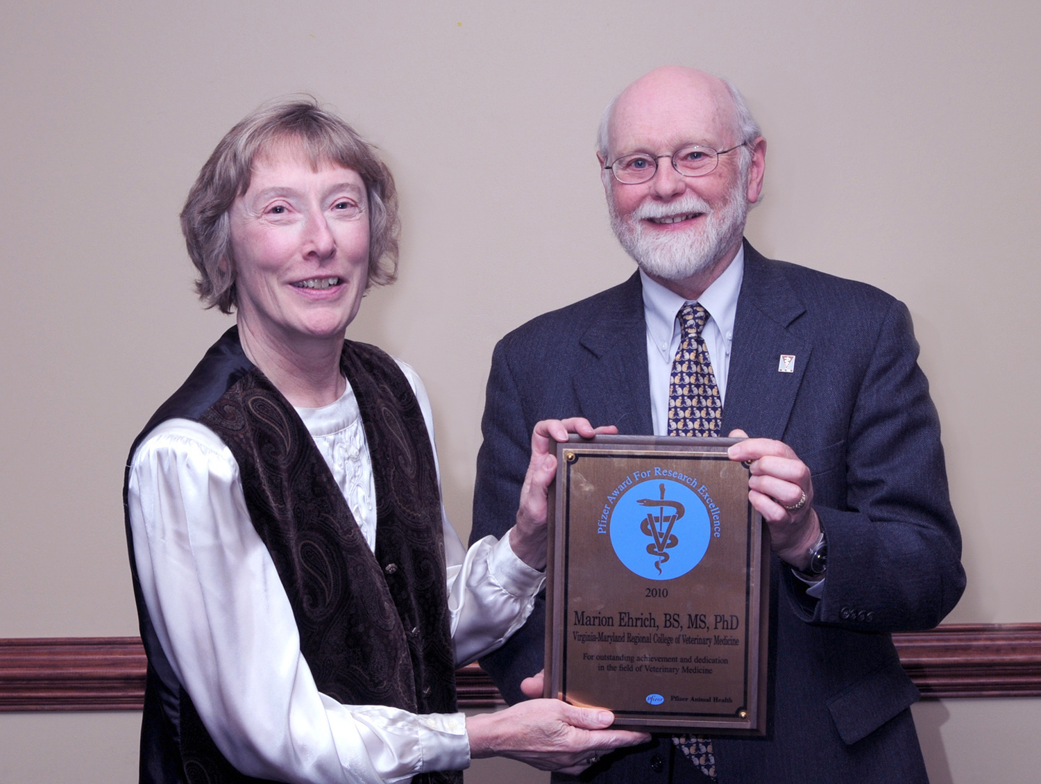 Marion Ehrich receives Pfizer Award.