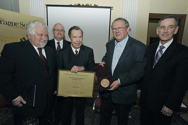 Adam Michnik receives award from Václav Havel; Bruce Lawlor at far right