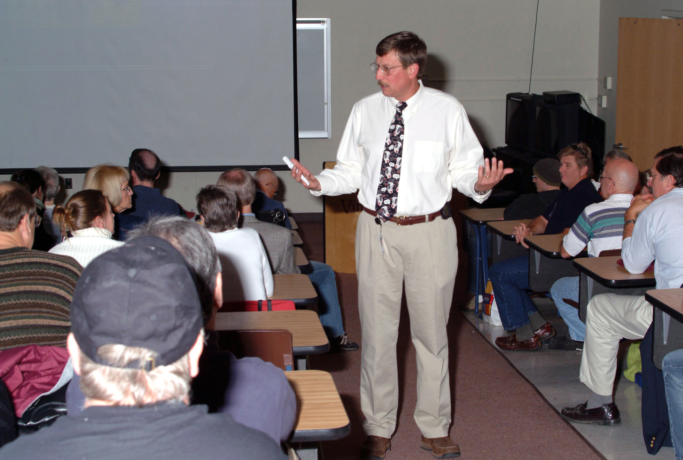 Veterinary College faculty member, Dr. Kevin Pelzer, provides lecture for continuing education program.
