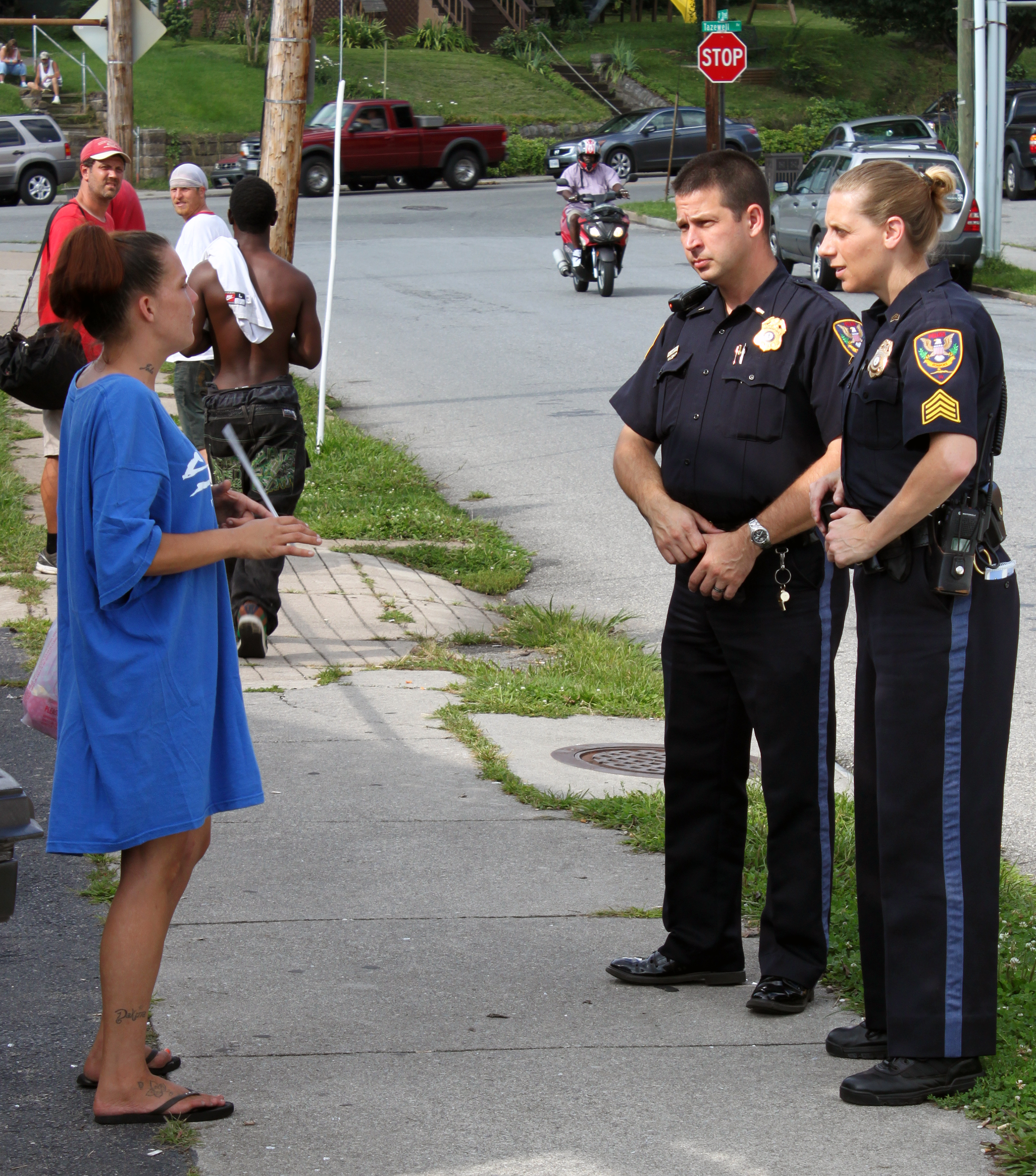 Roanoke police meet with residents