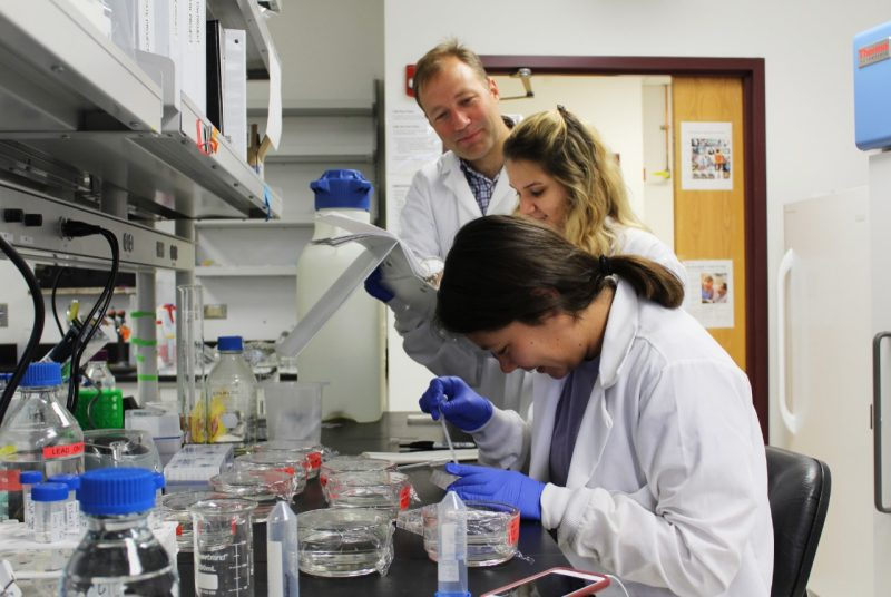 Chris Thompson with students in lab