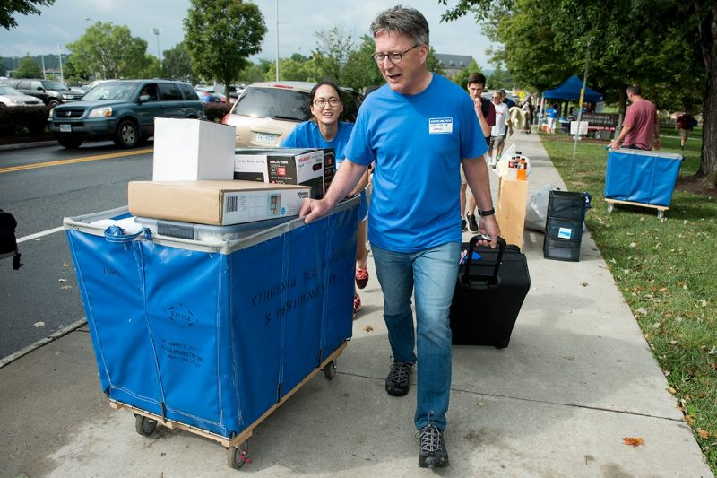 President Tim Sands helps a new Hokie move in.