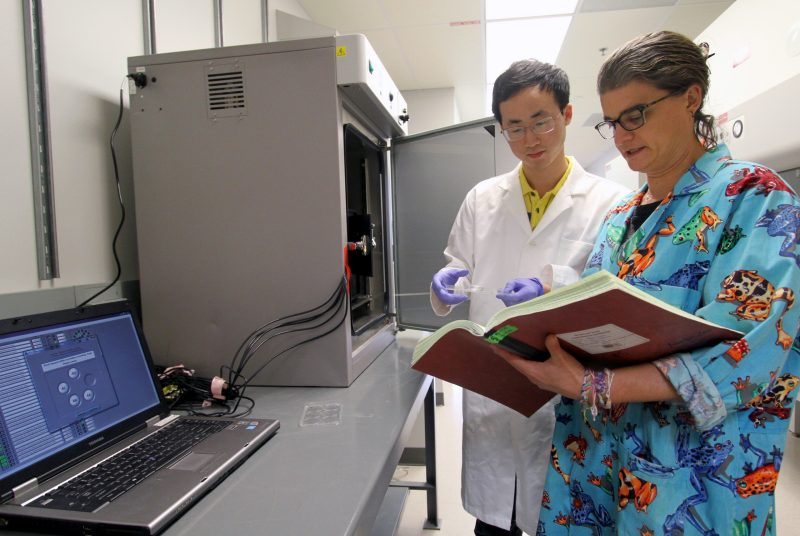 Carla Finkielstein in lab with student